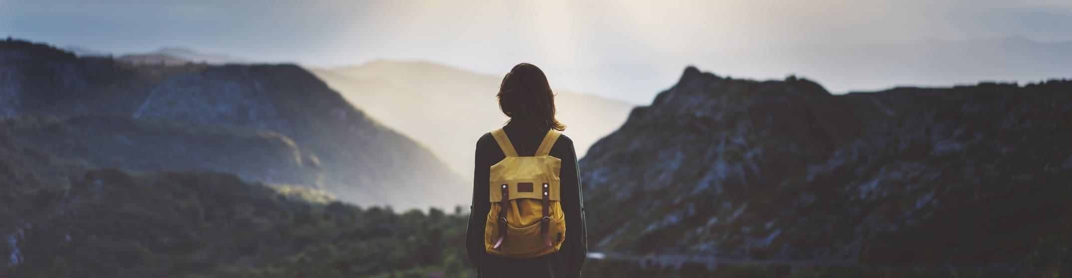gelber rucksack am horizont